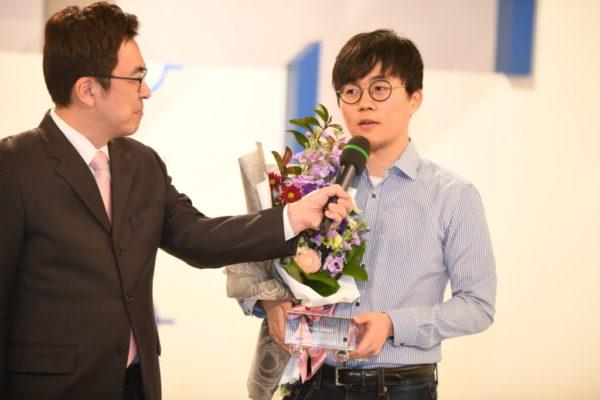 申旻埈(右)